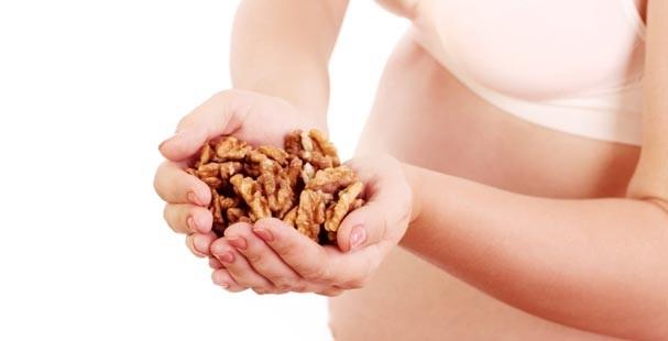 Орехи составляют рацион беременной женщины