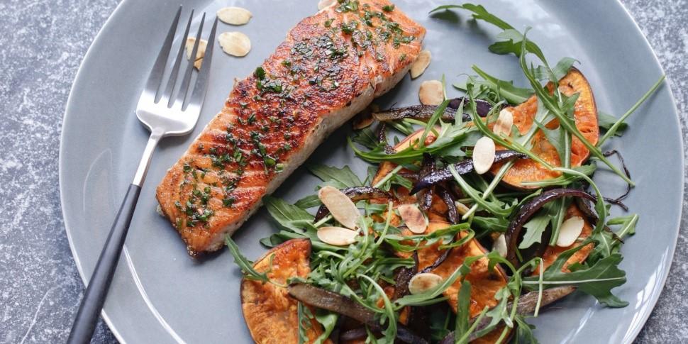 Батат с запеченным лососем и овощами
