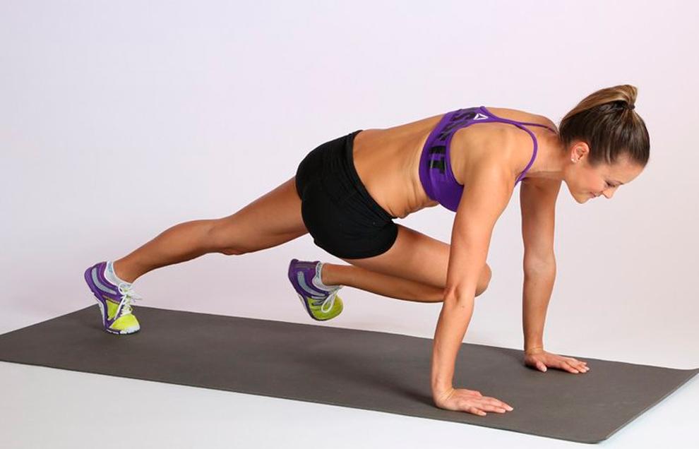 Скручивания в планке прорабатывают мышцы спины и пресса