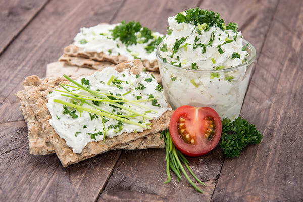 Салат с домашним творогом и зеленью
