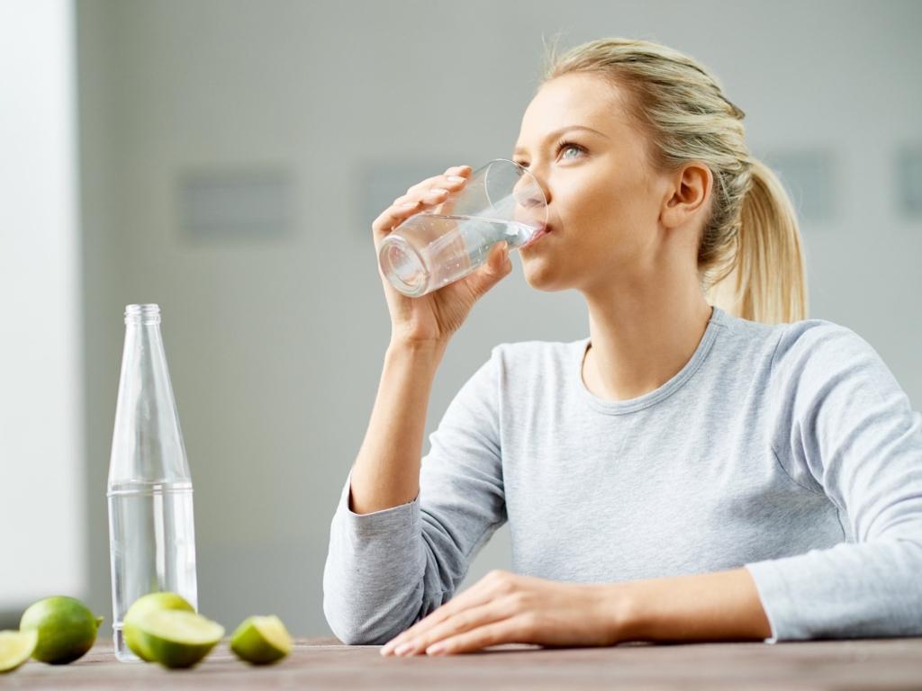 Пейте воду вместо газированных напитков и соков