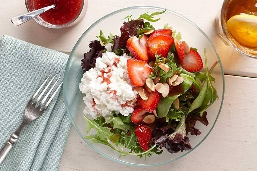 Салат из творога с огурцом и клубникой