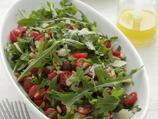 Салат с творогом, рукколой и помидорами черри