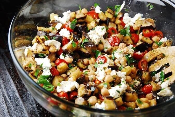 Салат из творога с базиликом и печеными баклажанами