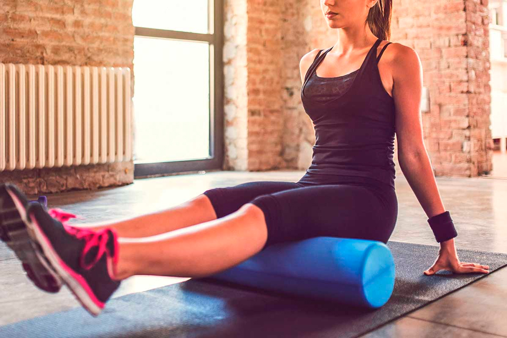 Самомассаж мышц с помощью валика