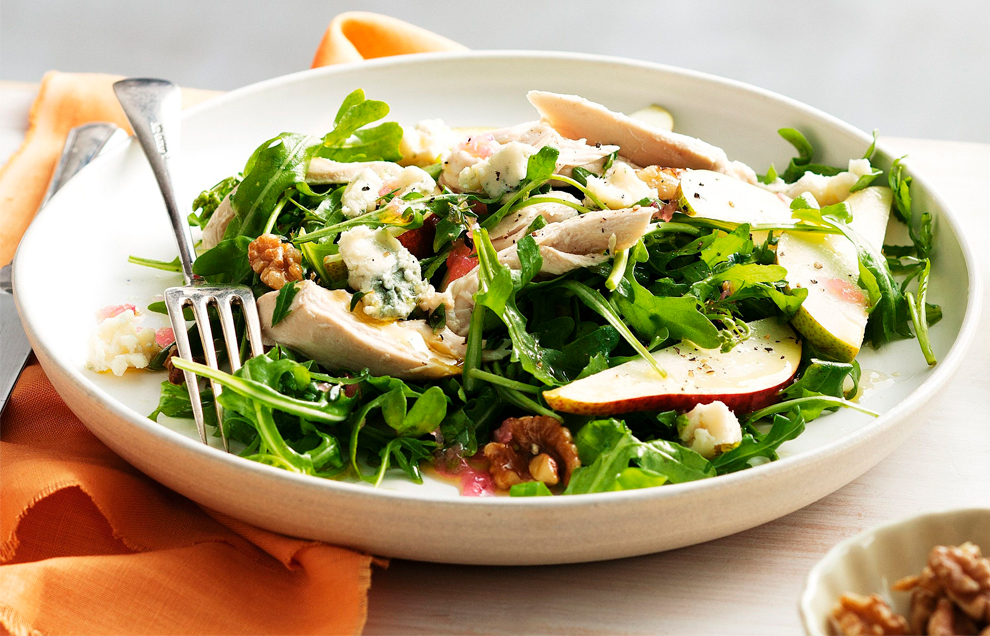 Теплый салат с куриным филе и грушей