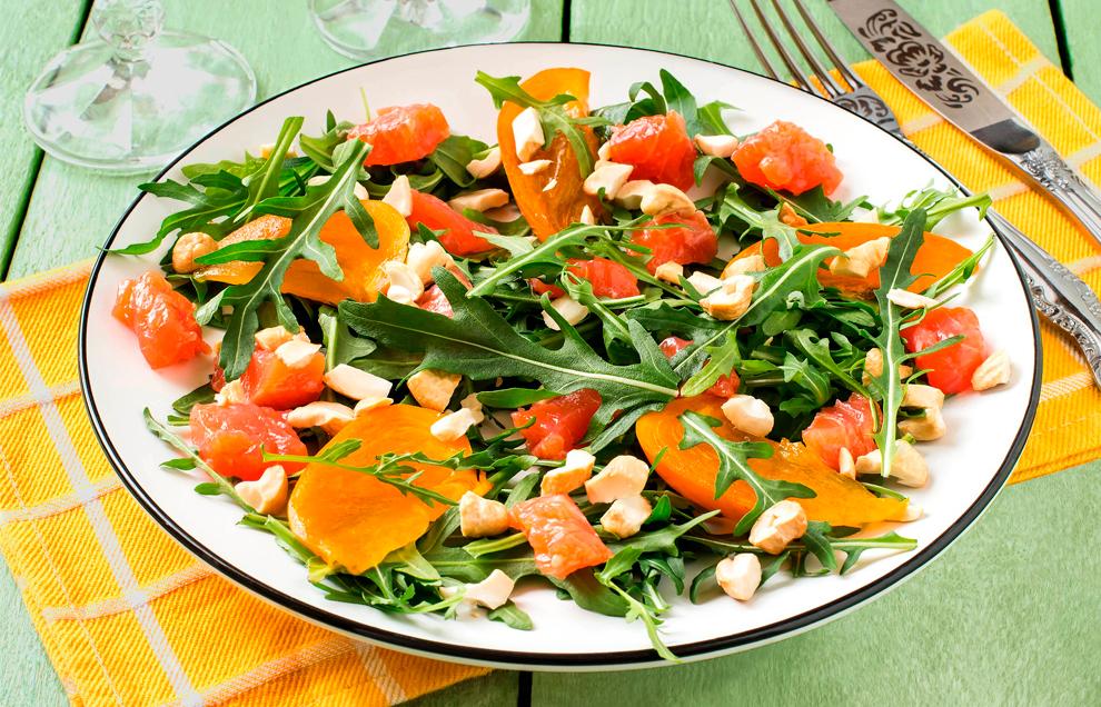 Салат с хурмой и лососем
